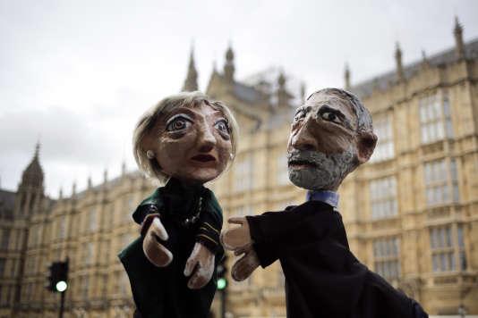 Deux militants anti-Brexit manient des marionnettes de Theresa May et Jeremy Corbyn devant le Parlement, à Londres, jeudi 8 juin 2017.