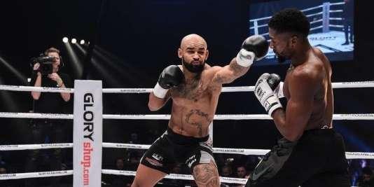 Cédric Doumbé esquive les coups du Suisse Yoann Kongolo.