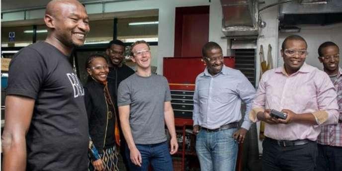 Le fondateur de Facebook Mark Zuckerberg lors de sa visite à l'incubateur de start-up iHub à Nairobi, le 1er septembre 2016