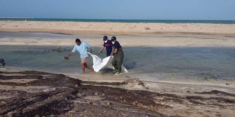 Le corps d'un Africain subsaharien s'est échoué sur la plage de Zarzis, au printemps 2017. Fin mai, en une seule semaine, 14 personnes noyées ont été repêchées par le Croissant-Rouge.