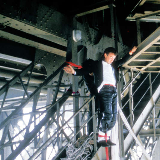 26 juin 1987, Paris. Alan John Hackett s'apprête à sauter du 2e étage de la tour Eiffel. L'agence Sygma est sur le coup.