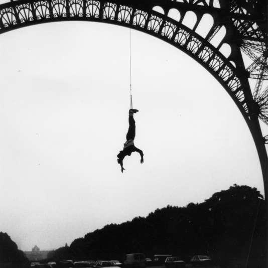 Paris, 26 juin 1987. Au petit matin, A.J. Hackett se jette du 2e étage de la tour Eiffel, les pieds retenus à un élastique.