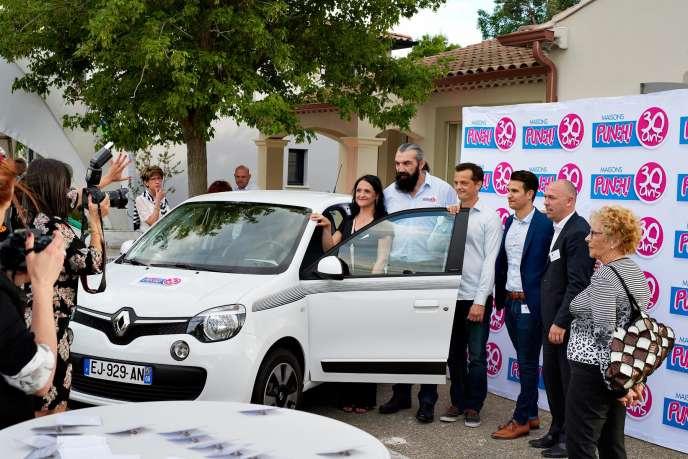 Véronique et Hugo, lors de la remise des clés de leur voiture, par Sébastien Chabal, mi-mai.