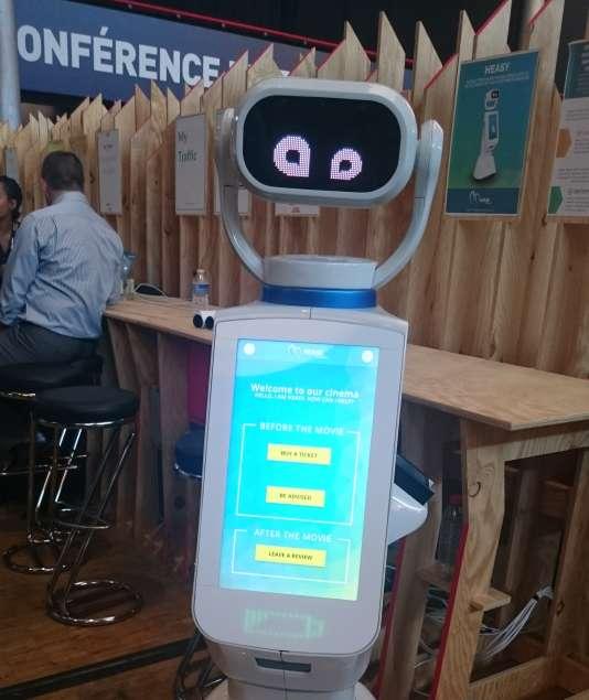 Heasy, le robot d'accueil, de vente et de conseil, ici imaginé à l'entrée d'un cinéma.