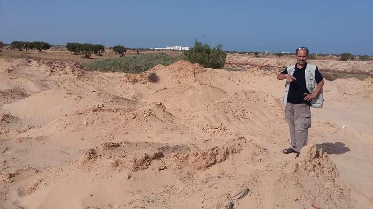 Le cimetière des noyés de Zarzis : pas de pierres tombales ni de stèles, seuls des monticules et des cônes de sable indiquent l'emplacement des corps de migrants morts en tentant la traversée de la Méditerranée par la libye et refoulés sur les plages tunisiennes par la marée.