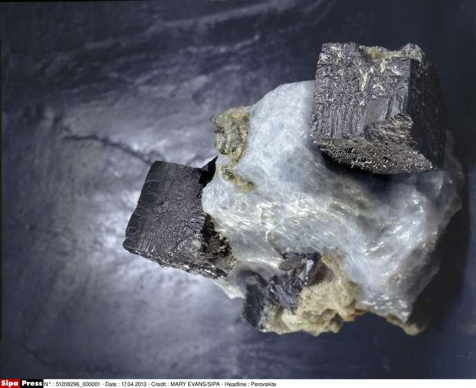 Cristal de pérovskite. Ce minéral est connu depuis 1839, mais son intérêt dans le domaine photovoltaïque n'a été découvert que récemment.
