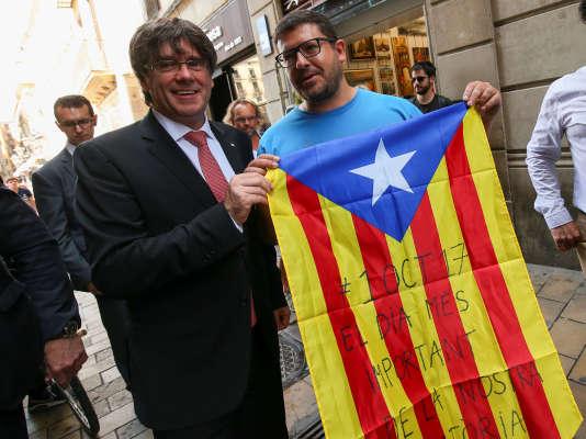 Carles Puigdemont (à gauche), président du gouvernement régional catalan, à Barcelone, vendredi 9 juin 2017.