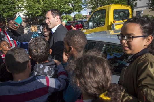 Benoît Hamon, député des Yvelines, participe à une réunion publique de campagne pour les élections législatives à Trappes, le 7 juin.