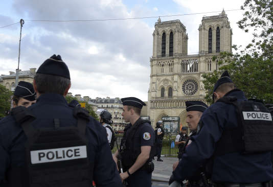 Des policiers, le 6 juin devant la cathédrale de Notre-Dame à Paris.