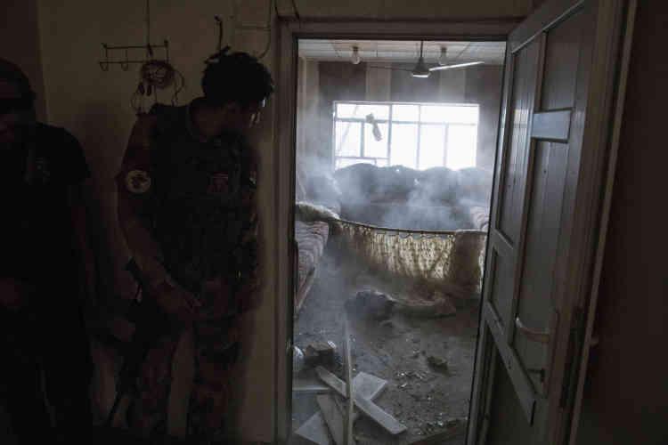 Le démineur, systématiquement placé en tête du commando, vient de jeter une grenade dans la pièce suivante pour la traverser.