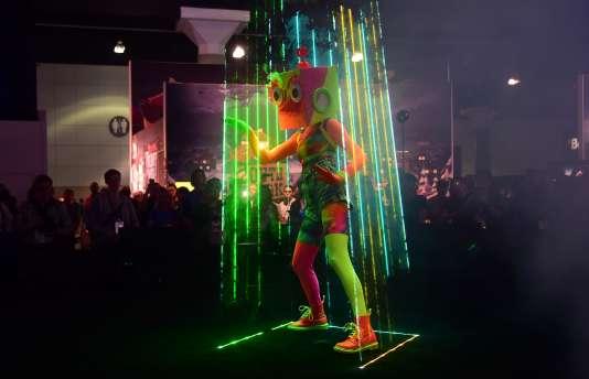 Un danseur divertit la foule sur le stand d'Ubisoft, lors du salon Electronic Entertainment Exposition, en juin 2016 à Los Angeles.