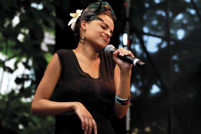 La chanteuse Agathe Iracema sur la scène du kiosque de Cybèle à Vienne, le 4juillet 2013.