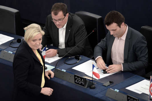 Marine Le Pen, Louis Aliot et Florian Philippot, en décembre 2015 au Parlement européen de Bruxelles.