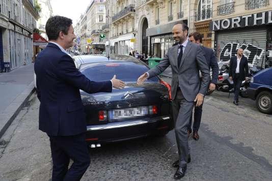 Edouard Philippe soutient tantôt des candidats de La République en marche, comme ici Benjamin Griveaux, à Paris, le 9 juin ; tantôt des candidats Les Républicains.