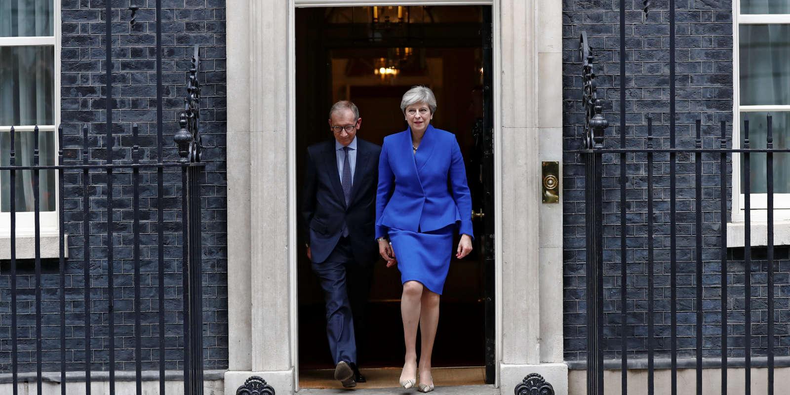 La première ministre Theresa May quitte Downing Street pour se rendre à Buckingham.