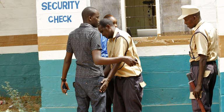 Fouille à l'entrée de l'université de Garissa, dans le nord-est du Kenya, le 11 janvier 2016. Le campus a rouvert neuf mois après l'attaque menée par les Chabab, qui avait fait 148 morts.