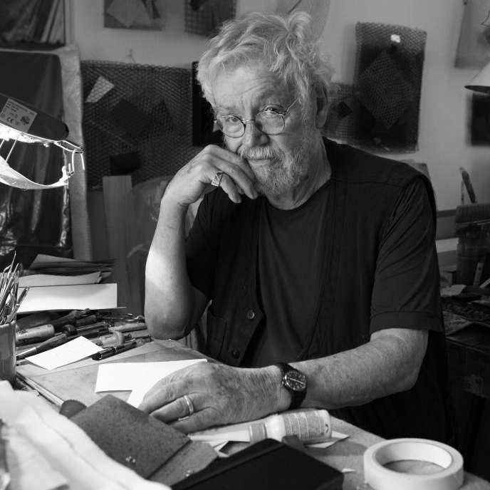 Portrait d'Arthur-Luiz Piza (Arthur Luiz), sculpteur et graveur brésilien, dans son atelier de Paris en 2008.