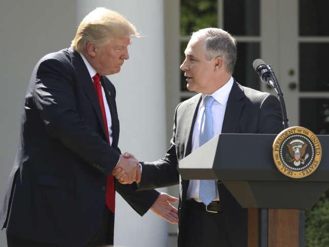 Le 1er juin 2017, Donald Trump avec Scott Pruitt, le nouveau patronde l'Agence américaine de protection de l'environnement (EPA), à la Maison Blanche,après la décision du président américain de sortir des accords de Paris sur l'environnement.