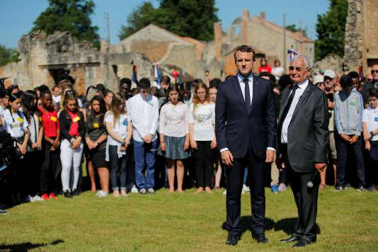 Le président Emmanuel Macron avec le rescapé Robert Hébras, à Oradour-sur-Glane, le 10 juin.