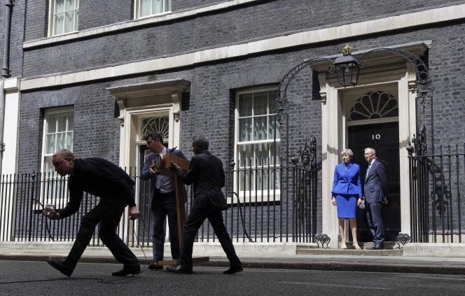 La première ministre britannique Theresa May et son mari Philip devant le 10 Downing Street, à Londres le 9 juin.