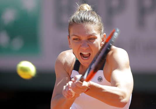 Revers de la Roumaine Simona Halep, face à la Lettone Jelena Ostapenko, samedi 10 juin sur la terre battue de la porte d'Auteuil (Paris 16e).