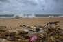 Des déchets plastiques échoués sur une plage d'Uswetakeiyawa, au Sri Lanka.