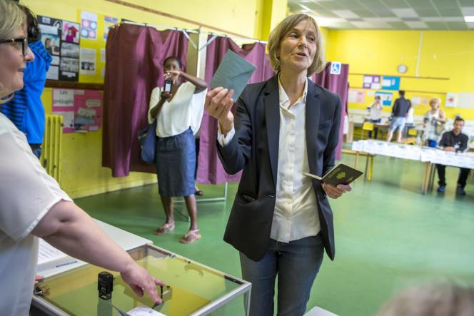 Marielle de Sarnez vote dans un bureau de la rue Asseline dans le 14e arrondissement à Paris, le 11 juin.