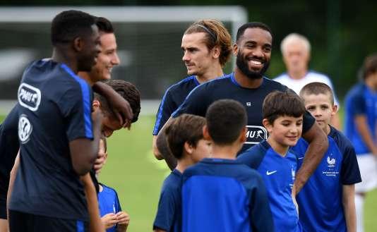 De jeunes footballeurs s'entraînent avec les internationaux français le 11 juin à Clairefontaine.