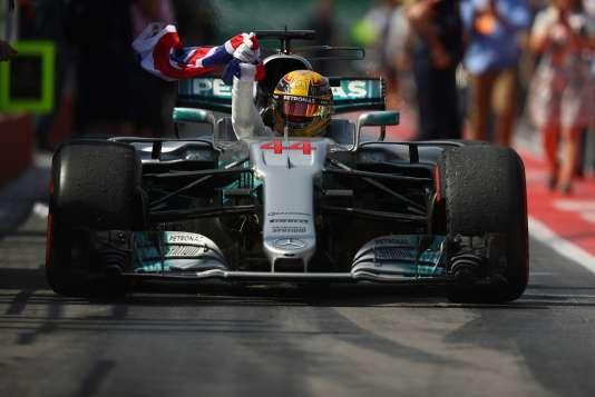 Lewis Hamilton (Mercedes) remporte le Grand Prix de Montréal, dix ans après avoir remporté son premier Grand Prix ici, au Canada.