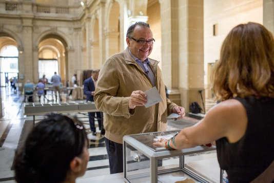 Patrick Mennucci, député sortant vote au palais de la Bourse à Marseille, le 11 juin.