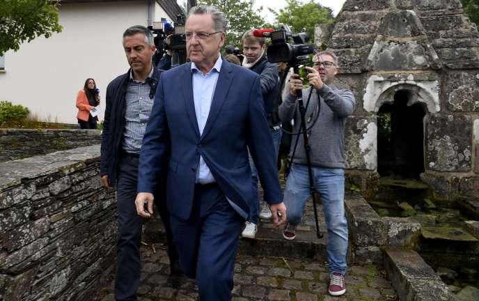 Le ministre de la cohésion des territoires, Richard Ferrand, à la sortie de son bureau de vote dimanche 11 juin à Motreff (Finistère).