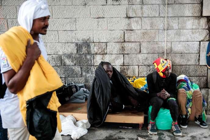 Des réfugiés à Porte de la Chapelle (Paris), le 9 juin.