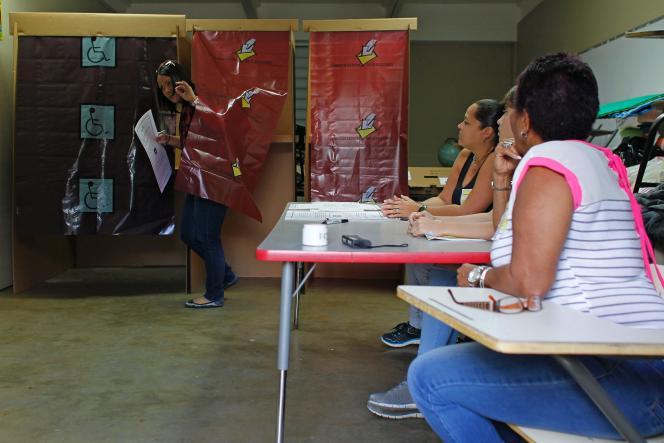 Une femme sort de l'isoloir dans un bureau de vote àGuaynabo, dans l'île de Porto Rico, le 11 juin 2017.
