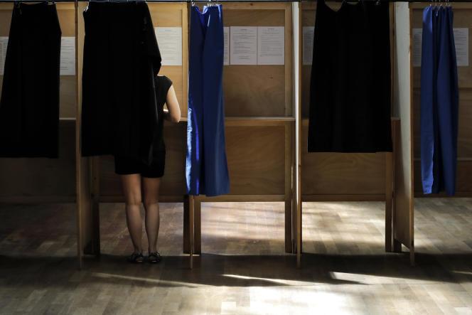 Dans un bureau de vote lyonnais, en juin 2017.