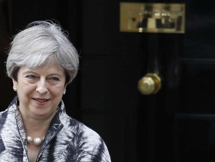 Theresa May lors de sa sortie du 10 Downing Street à Londres le 12 juin.