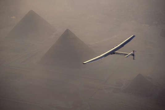 L'avionSolar Impulse 2 au-dessus des pyramides de Gizeh, le 13 juillet 2016.