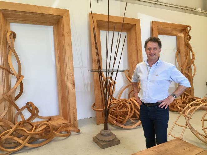 Pablo Reinoso devant les cadres sculptés « Les Trois Grâces» (2012) dans l'un de ses deux ateliers de Malakoff, en mai 2017.