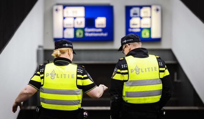 Des agents de police dans la gare centrale d'Amsterdam, le 22 mars 2016.