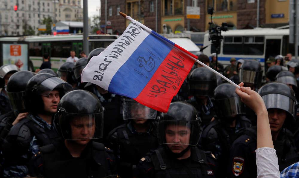 Sur le drapeau russe est écrit« Navalny», le nom de l'opposant numéro un au pouvoir. A Moscou, le 12 juin.