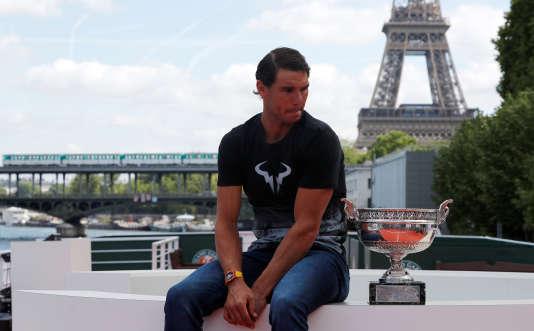 Rafael Nadal pose avec le trophée du vainqueur de Roland-Garros, devant la tour Eiffel, lundi 12 juin.