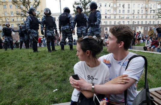 Un couple devant des membres de l'OMON, la police anti-émeute, lors de la manifestation organisée par Alexeï Navalny, à Moscou, le 12juin.
