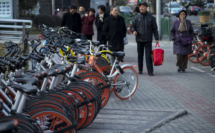 Des vélos partagés des géants Mobike et Ofo, à Shanghaï, en janvier 2017.