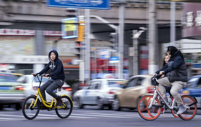 A Shanghaï, des usagers de Mobike, l'un des deux pionniers de la location de vélos en Chine avec Ofo.