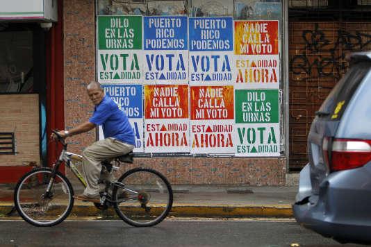 Des affiches appellent à voter pour leréférendum consultatif sur le 51e Etat américain, dimanche 11 juin.
