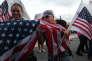Une femme embrasse le drapeau des Etats-Unis, après que les Portoricains ont voté en faveur du rattachement à l'Union, à San Juan, le 11 juin.