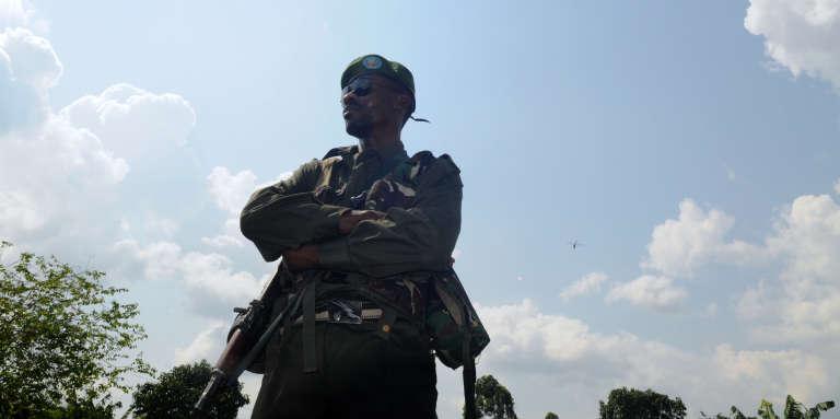 En août 2016, à Beni, dans l'est de la RDC, un militaire monte la garde lors du procès de membres présumés des Forces démocratiques alliées, une rébellion ougandaise.