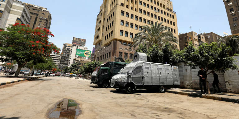 Des véhicules de police devant l'ambassade qatarie au Caire, le 6juin 2017. La veille, l'Egypte a rompu ses relations diplomatiques avec l'émirat.