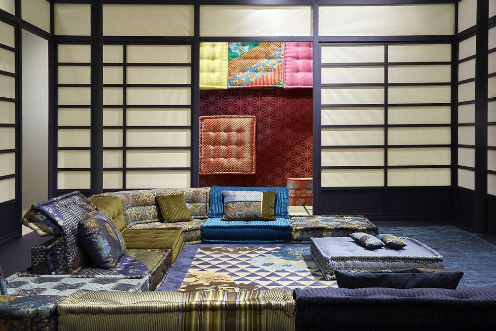 Le styliste Kenzo Takada s'est inspiré pour sa collection de tissus, disponible en septembre 2017, deson Japon natal et notamment des costumes du théâtre Nô. Il a imaginé une robe du soir pour leMah Jong, dans un patchwork de jacquard de bleu et kaki brillant et mat...