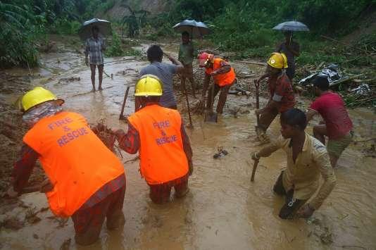 La plupart des victimes viennent de communautés tribales du district isolé de Rangamati, à la frontière avec la Birmanie. Des secouristes et des habitants, à la recherche de corps à la suite d'un glissement de terrain, à Bandarban, le 13 juin 2017.