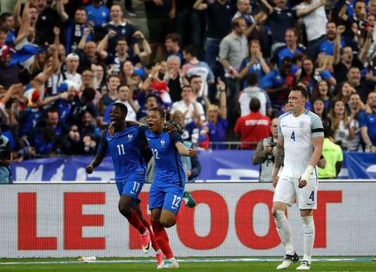 Ousmane Dembélé et Kylian Mbappé se congratulent, mardi13 juin, lors de la victoire (3-2) des Bleus en amical contre l'Angleterre.